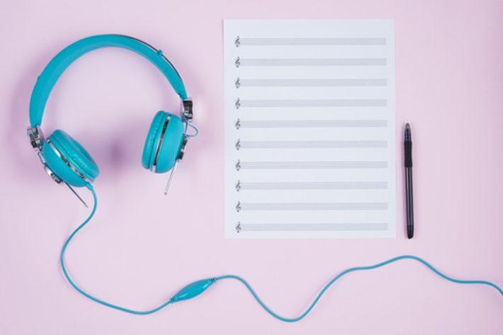 聴いた音やコードを紙に書き出す