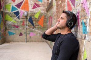聴力トレーニングをする