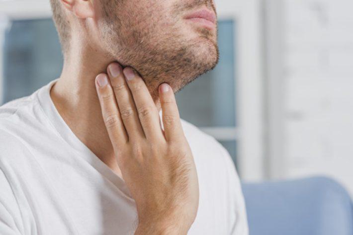 喉仏の下を震わすことを意識する