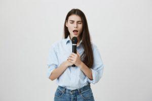 母音で発声練習をする