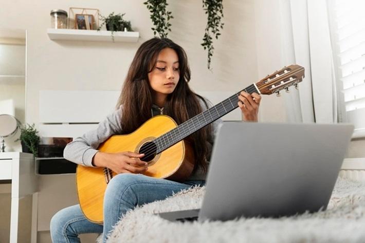 楽器を使いながら作業を進める